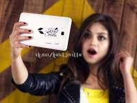 Luna Valente - Luna Valente / Sol Benson - hlavní postava seriálu, studentka prestižní školy Blake South Colla