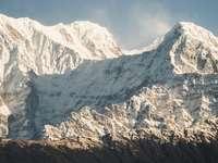 montaña cubierta de hielo blanco durante el día