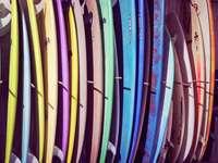 válogatott színes szörfdeszkák állványon - Szörf deszkák szivárvány. 280 Chemin de Bathurt, 40140 Soustons, Franciaország, Soustons