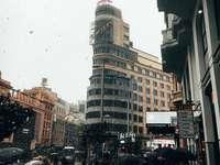människor på gatan nära byggnader - Gran Vía. Gran Vía, Madrid, Spanien