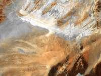 satellietfoto - Deze samenvatting in bruin en grijs uit centraal Algerije laat zien dat sommige delen van de Sahara-