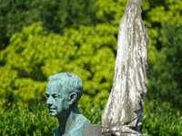 šedá betonová socha člověka - Socha na hřbitově - Socha auf dem Friedhof - Standbeeld op het kerkhof - Socha dans le cimetière.