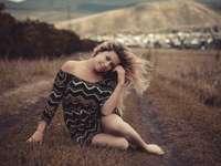 žena sedící na trávě