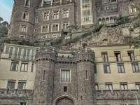 Grifeo kastély angol gótikus ív. Fiatal Nápoly