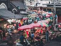Gruppe von Menschen auf dem Markt