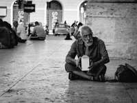 man sitter på plattor - Via del Corso, Roma, Italien