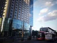 mașină roșie pe drum lângă clădire înaltă în timpul zilei