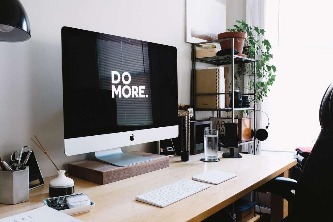 iMac argintiu cu tastatură și trackpad în cameră - Configurarea actuală a biroului meu din 2016. Sunt fotograf de nuntă și portret și am crezut întotdeauna că spațiul în care lucrezi are un impact mare asupra calității și tipului de muncă (13×9)