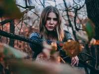 femeie care stă lângă copac - Model - Kyrsten Athan  instagram - @kyrstenmarieathan.