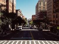 превозни средства по бетонен път между сградите през деня