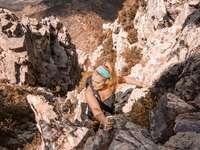 foto av kvinna som klättrar berg - En stark kvinna som klättrar ett berg. Four Peaks, USA