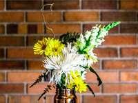 flor amarilla y blanca en florero - Un amigo mío murió recientemente de cáncer. Tenía 19 años, valiente y corazón. Este es un arre