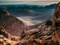 Fotografía aérea del desierto bajo el cielo azul y blanco.