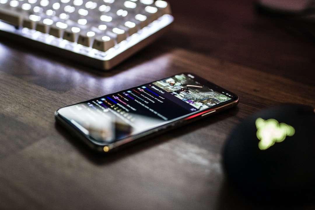 Photo gros plan du smartphone allumé près du clavier