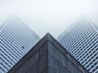 fotografování mrakodrapu s nízkým úhlem