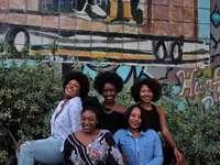 cinque donna seduta per terra - Le ragazze nere contano. Atlanta, Stati Uniti