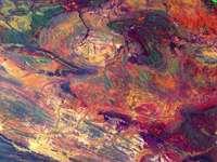 zelená červená a modrá abstraktní malba