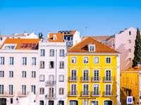 fațadă clădire cu mai multe etaje galben și alb - Clădiri. Clădiri, Lisabona, Portugalia