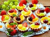 cupcakes tejszínnel és gyümölccsel