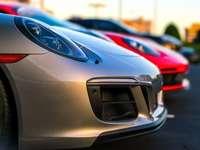 fotografia selektywnej ostrości dwóch pojazdów w kolorze czerwonym i szarym