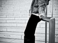fotografie în tonuri de gri a persoanei care deține balustrada