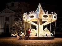 arany és fehér karácsonyfa húrlámpákkal