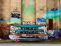 grafite na parede durante o dia