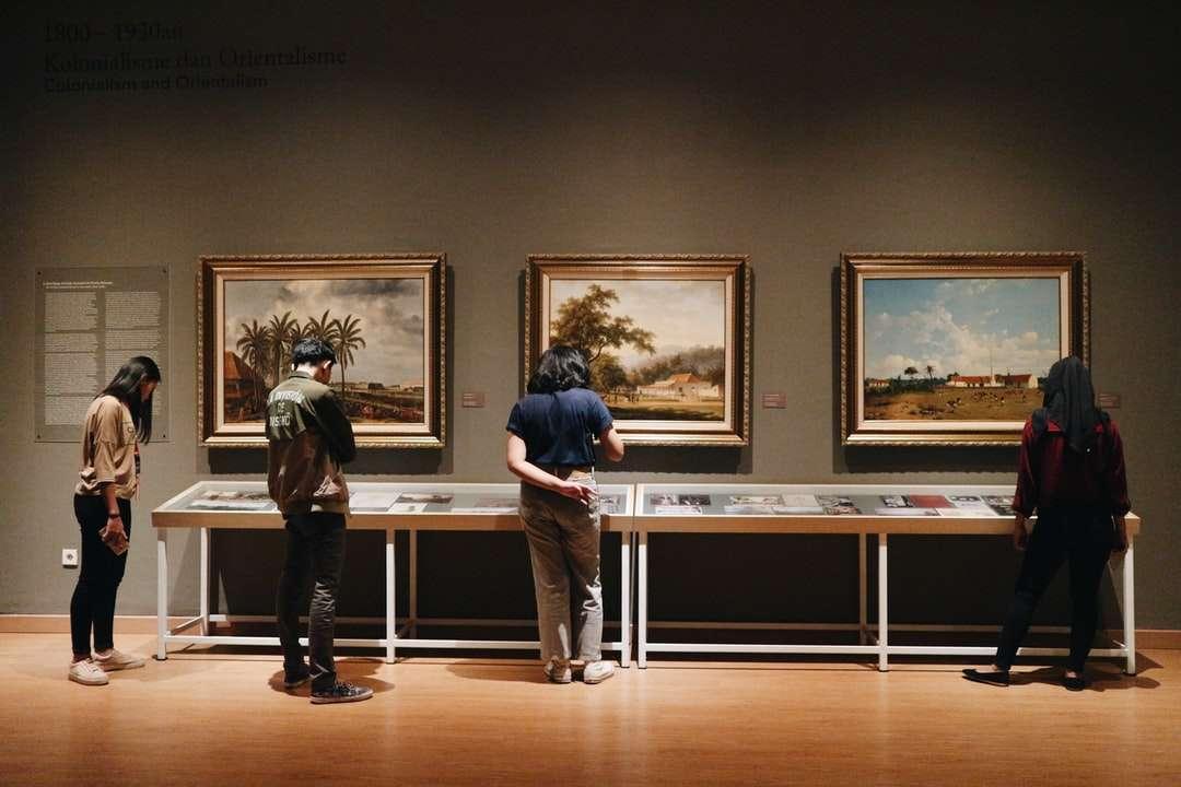 lidé stojící před obrazy - Národní galerie, Jakarta, Indonésie (13×9)