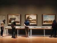 άτομα που στέκονται μπροστά από πίνακες ζωγραφικής