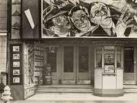 grijswaardenfotografie van een bioscoop in New Orleans