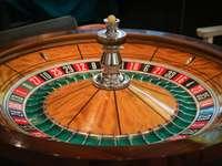roulette de casino marron, verte et rouge