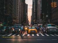 άτομα που περπατούν με πεζούς κοντά σε οχήματα