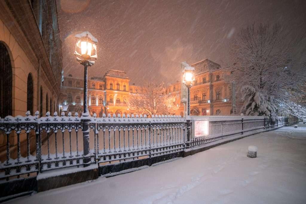 Opět sněží - Sníh v noci v Bukurešti (4×3)