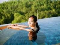 mujer, en, azul y negro, camiseta sin mangas, en, piscina
