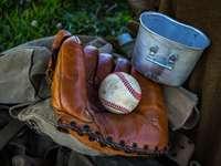 кафява кожена бейзболна ръкавица