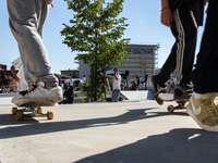 хора, кънки на улицата през деня