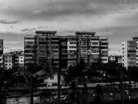 az épületek szürkeárnyalatos fényképezése