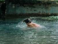 muž, plavání na vodě během dne