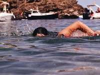 kvinna i svarta badglasögon i vatten under dagtid