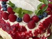 Pastel de merengue con frambuesas