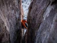 άντρας αναρρίχηση σε βράχο μνημείο