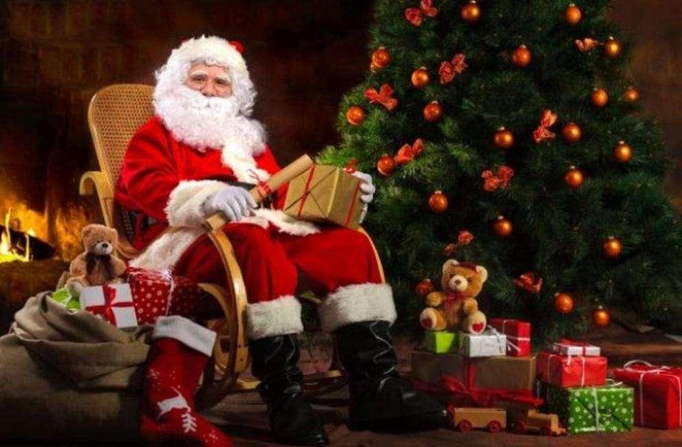 Mikulás - A Mikulás a karácsonyfa mellett ült (9×6)