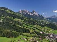 σπίτια κοντά στο βουνό