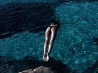 жена се гмурка в океана