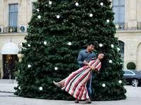 žena a žena u vánočního stromu