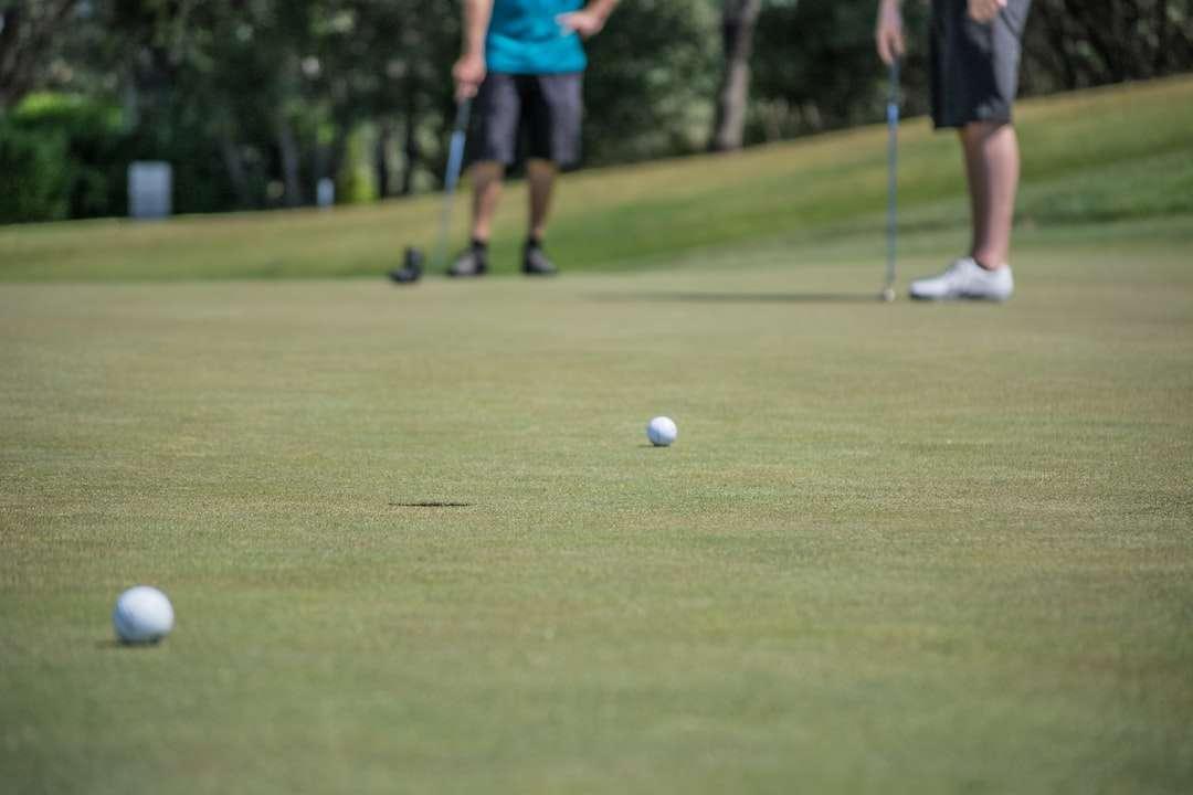 mělké zaměření fotografie golfových míčků - Golf proti sobě (4×3)