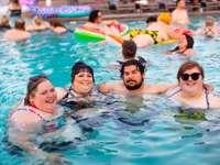 mensen in zwembad