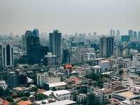 fotografía aérea de una ciudad bajo un cielo gris