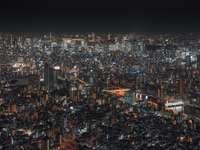 изглед отгоре на осветен градски пейзаж през нощта