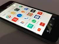 μαύρο smartphone Android που βρίσκεται σε γκρι επιφάνεια